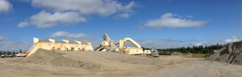 Installation et exploitation temporaire d'une usine mobile de béton bitumineux et travaux de pavage à l'aéroport